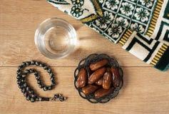Água e datas Iftar é a refeição de noite Ideia do fundo do tapete do feriado de Ramadan Kareem da decoração foto de stock