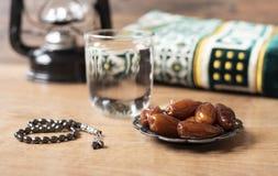 Água e datas Iftar é a refeição de noite Ideia do fundo do tapete do feriado de Ramadan Kareem da decoração imagens de stock royalty free