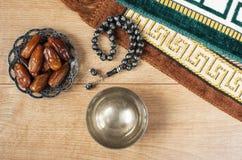 Água e datas Iftar é a refeição de noite Ideia do fundo do tapete do feriado de Ramadan Kareem da decoração fotografia de stock royalty free