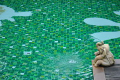 Água e guarda-chuvas Fotos de Stock