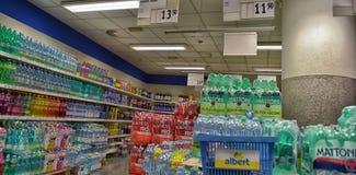 A água e a limonada no supermercado Imagem de Stock Royalty Free