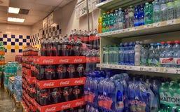 A água e a limonada no supermercado Imagens de Stock Royalty Free