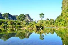 Água e montanhas Fotografia de Stock Royalty Free