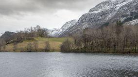 Água e montanhas em Noruega fotos de stock
