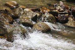 Água e pedras de fluxo Fotografia de Stock