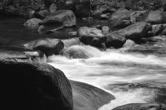 Água e rocha Fotos de Stock Royalty Free