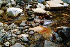 Água e rochas Fotos de Stock