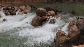 Água e rochas vídeos de arquivo