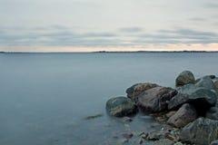 Água e rochas leitosas Imagem de Stock