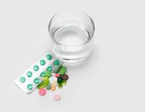 Água e vitaminas, comprimidos e tabuletas imagem de stock