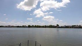 Água em Chao Phraya River e nas nuvens o céu que move-se lentamente filme