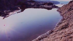 A água em uma cratera pequena perto do rochoso vídeos de arquivo