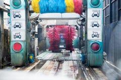 Água ensaboada do auto pulverizador da máquina da lavagem de carros ao carro no processo de lavagem Imagem de Stock Royalty Free