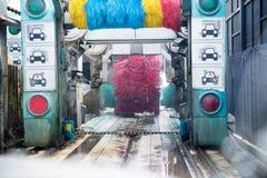 Água ensaboada do auto pulverizador da máquina da lavagem de carros ao carro no processo de lavagem Imagens de Stock Royalty Free