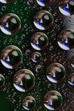 A água escura deixa cair o fundo Fotos de Stock
