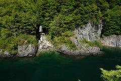 Água esmeralda no Patagonia, o Chile de Green River com cachoeira imagens de stock