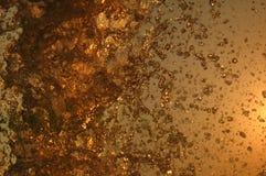 A água espirra na frente do céu brilhante Imagem de Stock