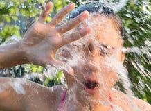 A água espirra a queda em uma moça imagens de stock royalty free