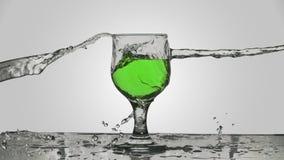 A água espirrou em um vidro do vinho verde Fotos de Stock Royalty Free