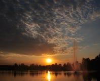 A água está alcançando para o céu, sol está alcançando para a água Fotografia de Stock Royalty Free