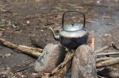 Água exterior que cozinha no acampamento Fotos de Stock