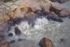 Água a ferver em uma mola quente foto de stock royalty free