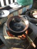 Água a ferver no estilo antigo da cozinha Imagens de Stock