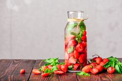 Água Flavored com morango e manjericão fotografia de stock