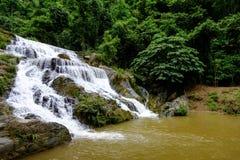 Água forte do fluxo das cachoeiras de Mae Phun no distrito de Laplae, Tailândia Fotografia de Stock Royalty Free
