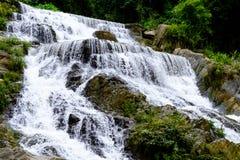 Água forte do fluxo das cachoeiras de Mae Phun no distrito de Laplae, Tailândia Imagem de Stock Royalty Free