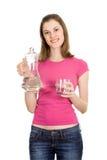 Água-frasco da terra arrendada da menina e vidro da água; isolador Fotos de Stock
