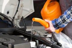 Água fresca de enchimento no tanque do motor de automóveis fotografia de stock