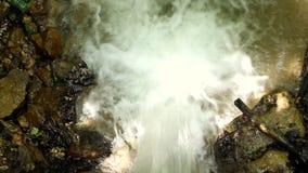 Água fresca de um córrego da floresta que corre sobre rochas filme