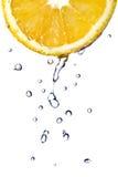 A água fresca deixa cair na laranja isolada no branco Fotografia de Stock Royalty Free