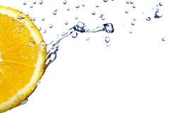 A água fresca deixa cair na laranja isolada no branco Imagens de Stock Royalty Free
