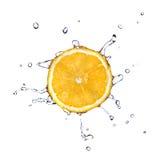A água fresca deixa cair na laranja isolada no branco Imagens de Stock