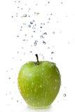 A água fresca deixa cair na maçã verde isolada no branco Imagens de Stock Royalty Free