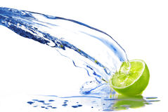 A água fresca deixa cair no cal isolado no branco Imagens de Stock Royalty Free