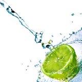 A água fresca deixa cair no cal isolado no branco Imagem de Stock