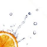 A água fresca deixa cair no limão isolado no branco Imagens de Stock