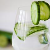 Água gasosa com pepino em um vidro Imagem de Stock