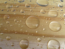 Gotas da água no fundo de madeira foto de stock