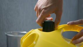 A água hermética de selagem de fechamento tampa o close up da mão do dispositivo do líquido de limpeza do vapor antes de usar video estoque