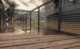 A água inunda os bancos do rio Seine durante inundações do inverno foto de stock