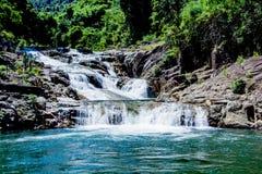 A água, lagos, cachoeira, turistas, povos, vegetação densa, muita folha, curso, lugares bonitos, floresta, árvore coroa fotografia de stock