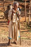 Água levando da mulher em um potenciômetro de argila. Fotos de Stock Royalty Free