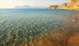 Água litoral dos seixos na claro fotos de stock
