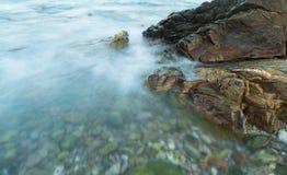 Água longa do seascape da exposição com borrão de movimento imagem de stock