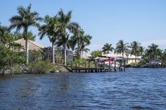 A água luxuosa Front Houses com barco entra #2 Foto de Stock Royalty Free