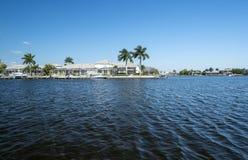 Água luxuosa Front Houses com docas do barco Foto de Stock Royalty Free